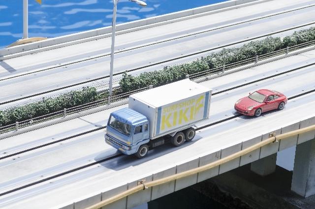 トラックと自動車