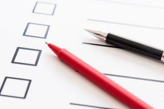 リスト表と筆記用具の写真│引越し最初に準備すべきスケジュールとは?