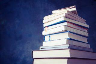 山積みされた本や書籍│読まなくなった本の処分方法とは?