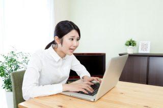 パソコンを見ながら困り顔の女性│引越し成功の秘訣!【引越し業者選び】