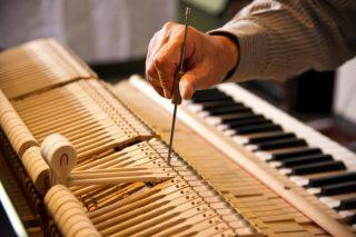 調律中のピアノ│ピアノの引越しはどこに依頼すればいいの?