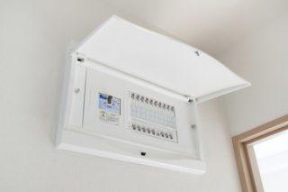 引越し先のブレーカー、漏電遮断器、配線用遮断器の順番で「入」にすると電気が使えます。