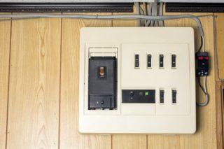 アンペアブレーカー写真│新居での電気開通はアンペアブレーカーのスイッチを入れることからスタート