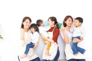 保母さんと子どもの写真│引越しにともなう児童手当の手続き変更とは?