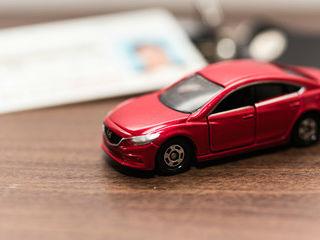 ミニカーと運転免許証の写真│引越しにともなう免許証の住所変更に必要なものとは?
